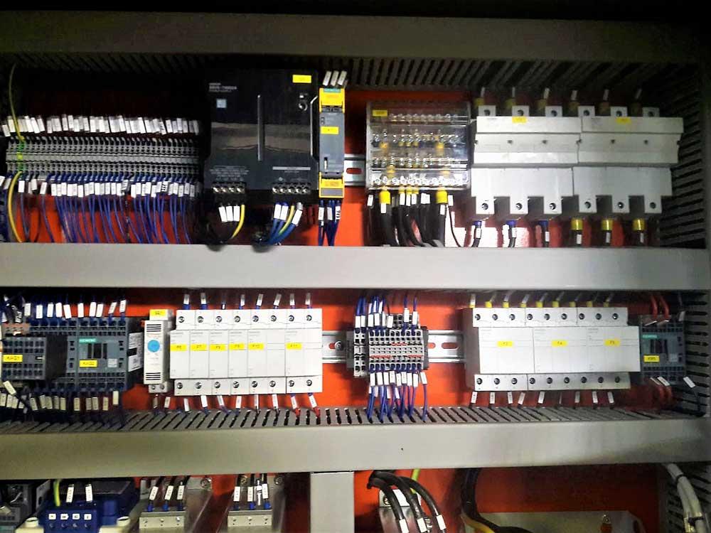 Foto quadro elettrico tornio MCM MADAR ATL 2000 post-retrofitting componenti SIEMENS © Ingenia